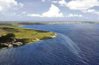 Op deze afbeelding, door de Kustwacht tijdens een helikopter vlucht genomen, is de afdrijvende olie bij Bullenbaai duidelijk te zien.