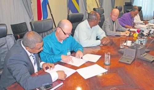 Minister van Bestuur, Planning en Dienstverlening Etienne van der Horst (midden) tekende gistermiddag het akkoord met de vakbonden SAP (uiterst links), Abvo (links), NAPB (rechts) en STrAF (uiterst rechts), waarin staat dat de ambtenaren voorlopig niet onder de basisverzekering vallen. FOTO JEU OLIMPIO ©2013