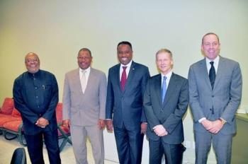 Vlnr. Roland Duncan, Nelson Navarro, Arthur Dowers, Marc Gazenbeek en een lid van het presidium.