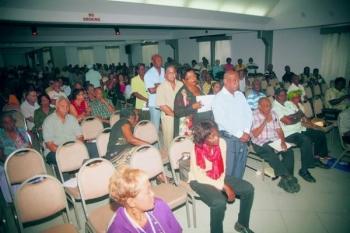 Een volle zaal vanochtend in de ballroom van het Holliday Beach Hotel voor de informatiebijeenkomst van gepensioneerde ambtenaren en werknemers in de politie- en telecomsector. De aanwezigen werden geïnformeerd over de introductie van de basisverzekering ziektekosten (bvz) door een panel van experts.