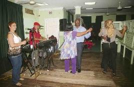 Oud-minister van Sociale Ontwikkeling Hensley Koeiman (MAN) liet de kans niet onbenut om zijn danskwaliteiten te tonen tijdens de soiree dansante in het pas geopende centrum voor gezinseducatie.