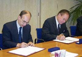 Miguel Pourier (rechts) met de Nederlandse staatssecretaris belast met Koninkrijksrelaties Gijs de Vries (VVD). Het was De Vries die er bij Pourier op hamerde om strenge financiële maatregelen te nemen om de financiën van de Antillen in orde te krijgen. Maar de toezegde hulp vanuit Nederland bleef weg.