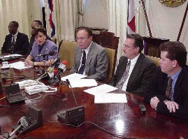 Miguel Pourier tijdens een persconferentie van de Raad van Ministers in 1999 met van links naar rechts collega-ministers Suzy Camelia-Römer, Pourier, Russell Voges en Maurice Adriaens.