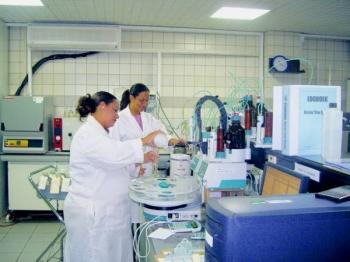 Voordat het drinkwater uit de kraan komt, heeft het een kwaliteitscontrole ondergaan.  Zo wordt het getoetst op zowel chemische bestandsdelen als op bacteriën.  Dat gebeurt in de laboratoria van Aqualectra en het ADC.  Het drinkwater op Curaçao voldoet aan de normen van de World Health Organisation, die in een landsbesluit zijn opgenomen.