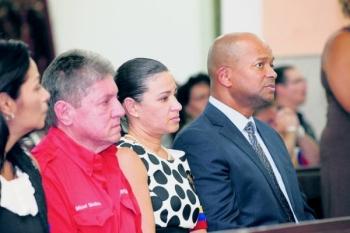 De kerkdienst ter ere van de overleden Venezolaanse president werd bijgewoond door tal van prominenten, waaronder van links naar rechts: Isla-directeur Manuel Medina, de Venezolaanse consul Sonia Alvarado Rossel en de Curaçaose premier Daniel Hodge (PS).