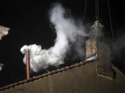 Witte rook verschijnt boven Sixtijnse Kapel – Een nieuwe paus is gekozen. Boven de Sixtijnse Kapel verschijnt de witte rook.