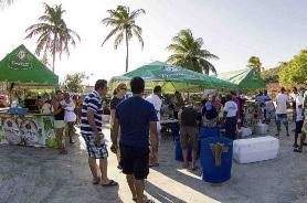 De strandbezoekers van St. Cruz toonden zich nieuwsgierig naar het evenement.