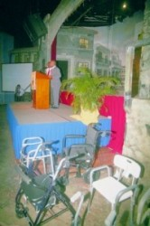 Demissionair premier Daniel Hodge spreekt de zaal toe