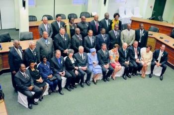 Groepsfoto van de Statenleden en speciale genodigden voor de plechtige vergadering vanochtend. Omayra Leeflang die de viering boycotte en de leden van de MFK-fractie die uit de vergadering liepen staan niet op de foto
