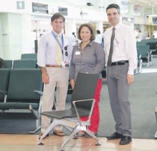 Een voorbeeld van de stoelen die vanaf september in de vertrekhal van Hato worden geplaatst. Op de foto vlnr. Ralph Blanchard (ceo van CAP), Julienne Wong (project manager) en Tobias Markert (coo). FOTO CAP