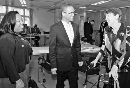 Gedeputeerden Silvana Serfilia en Burney El Hage in gesprek met staatssecretaris Jetta Klijnsma. FOTO NICO VAN DER VEN
