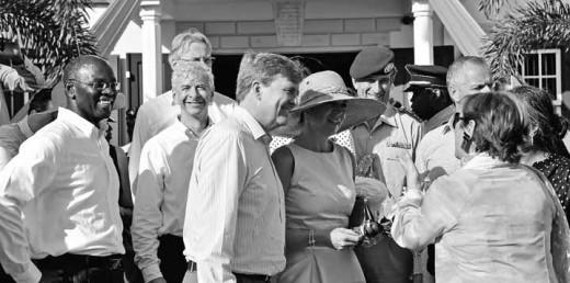 Koning Willem-Alexander en koningin Máxima tijdens hun bezoek aan Sint Maarten, waar de reis door het Caribisch gebied begon. Maandag en dinsdag doet het paar Curaçao aan.  FOTO BEA MOEDT