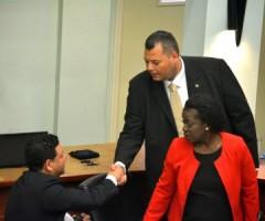 Coalitiepartners Ivar Asjes en Alex Rosario  schudden de hand na afloop van de Statenvergadering-  Foto Persbureau Curaçao.