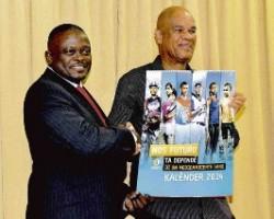 Selikor-directeur Wesley Kook (links) en oud-directeur Jean Francisca met de nieuwe kalender van het bedrijf, die in het teken van sport staat.