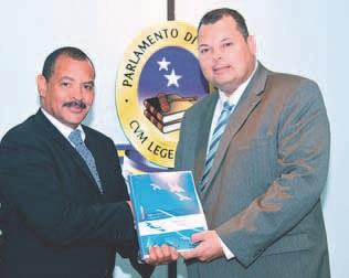 Het regeerprogramma wordt door Asjes aangeboden aan Franco.  FOTO STATEN