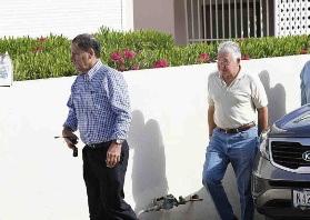 Advocaten Chester Peterson en Eldon Peppie Sulvaran (niet op foto) waren, net als Papito van der Dijs ook aanwezig bij Schottes woning, terwijl het onderzoek gaande was.