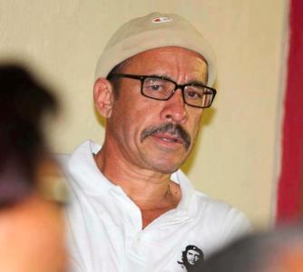 """De Deken is volgens mr. Sulvaran 'achterbakse racist' en moet """"het liefst spoorslags zowel de orde als Curaçao te verlaten. Voor racisten, zoals jij, hebben wij hier in Curaçao geen plaats. Onze oproep aan jou luidt dan ook: Rot op!!"""""""