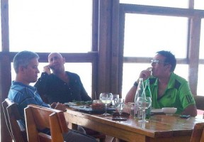 Francesco Corallo (rechts) heeft gisteren tegenover de Èxtra verklaard 'nooit aan Gerrit Schotte persoonlijk' geld te hebben gegeven; 'ook niet voor zijn politieke campagne'.
