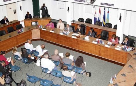Aan de tafel vlnr Marijke Linthorst (Eerste Kamer) Jeroen Recourt (Tweede Kamer), Elmer Wilsoe, Mike Franco, Gracita Arrindell (Statenvoorzitter St. Maarten), Marisol Lopez- Tromp (Statenvoorzitter Aruba) en René Herde (Aruba). Niet op de Foto |  Roy Marlin (St. Maarten). (Foto rechts onder)