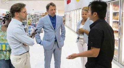 Ronald van Raak (SP, links op de foto) en Jeroen Recourt (PvdA) tijdens hun bezoek gisteren aan Bonaire. Hier in gesprek met Tonnie Wu, de manager van de Magic City Supermarket.
