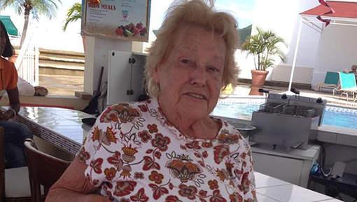 Margaret Porkka (82) op de laatste dag van haar vakantie op Sint Maarten die tevens de laatste dag van haar leven zou zijn © Facebook Lisa Kondvar.