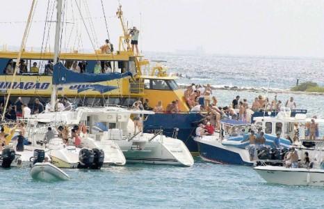 De ferry Krioyo Blue Curaçao raakte stuurloos en raakte hierbij meerdere boten.