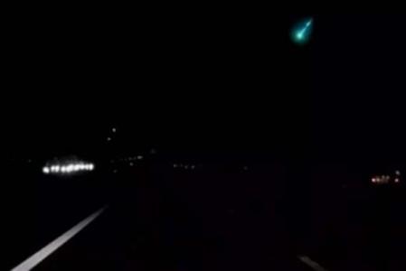 De lichtbal werd door een automobilist met een dashcam vastgelegd - Foto |  Youtube