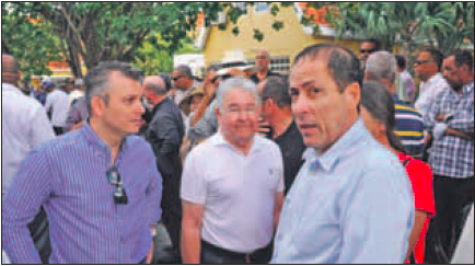 Voormalig premier Gerrit Schotte, Papito van der Dijs (eigenaar pompstationketen Vanddis) en advocaat Chester Peterson. Foto |  Jeu Olimpio