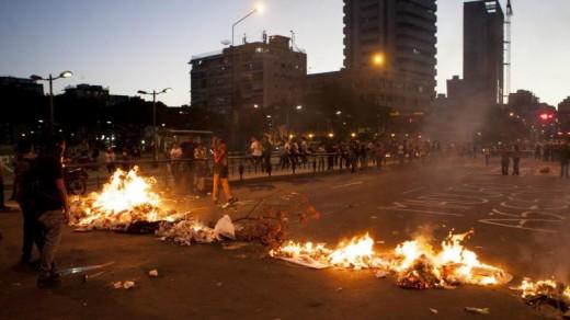 Brandende barricades in de hoofdstad Caracas op vrijdag 21 februari