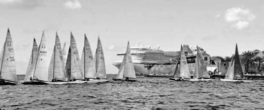 Vanwege de grote kans op windstiltes en regenbuien in november heeft de organisatie in 2011 besloten om de regatta te verplaatsen. FOTO ARCHIEF