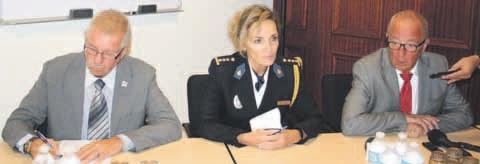 Hoofdofficier David van Delft, korpschef Hildegard Buitink en Henk Riemeijer, hoofd opsporing, tijdens de persconferentie. FOTO JANITA MONNA