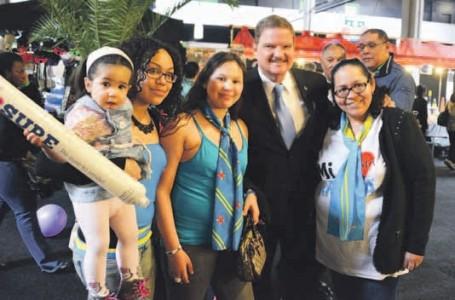 Minister-president van Aruba, Mike Eman, te midden van bezoekers tijdens de viering gisteren van Arubadag 2014 in Rijswijk, Nederland.  FOTO NICO VAN DER VEN