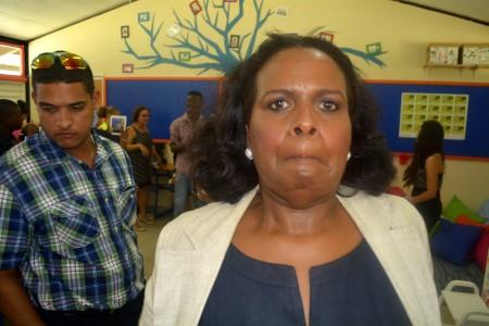 GevMin Marvelyne Wiels, vlak voordat ze een slaande beweging naar de journalist maakt. Links haar bodyguard. Foto |  Persbureau Curaçao