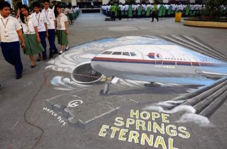 Scholieren wandelen naast een muurtekening van de vermiste Malaysia Airlines-vlucht MH370. © afp.