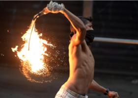 De Venezolaanse president Nicolas Maduro waarschuwde zaterdag veiligheidstroepen in te zetten als de betogers in de hoofdstad Caracas hun verzet niet staken.