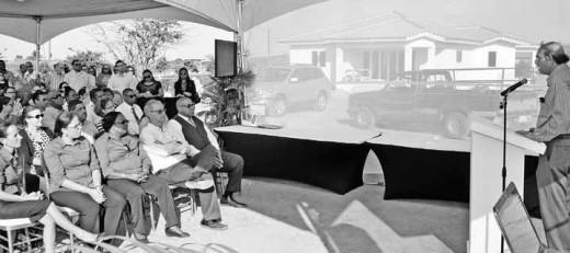 Ontwikkelaar Eduard Halabi (rechts op de foto) spreekt tijdens de officiële opening van woonproject Harmonie. FOTO JEU OLIMPIO