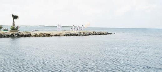 Ter ere van de eerste Koningsdag heeft de marine zaterdag de vlag gehesen en 33 kannonen afgevuurd. Dit is een teken van eer voor de koning op zijn verjaardag. FOTO'S REGERING ARUBA