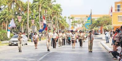 De eerste Koningsdag ging op Aruba gepaard met veel feestelijkheden op het eiland, waaronder een optocht van verschillende scoutinggroepen.