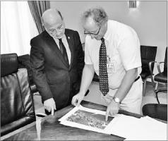 Ontwikkelaar Christiaan van Assendelft van Wijck geeft minister Nasser El Hakim een uitleg van de plannen van in totaal 1,3 miljard gulden. FOTO'S MEO
