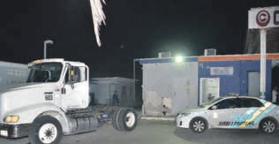 Bij tankstation Tera Kòrá is gisterochtend een poging gedaan een ATM-geldautomaat van de RBC te kraken door de automaat met een voertuig te rammen. FOTO JEU OLIMPIO