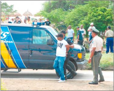 Opvallende taferelen bij de RTC. De Curaçaose politie arresteerde gistermiddag Statenlid Dwigno Puriel (MAN). FOTO S.A.