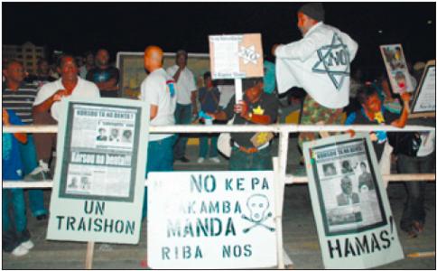 Demonstranten wachtten zondagavond na afloop van het Koninkrijksconcert op de gouverneur.