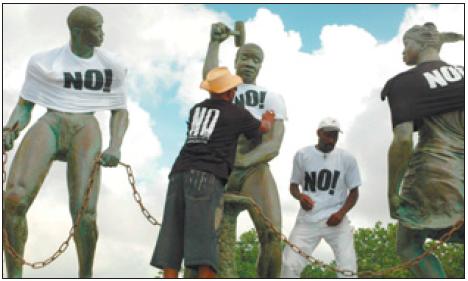 Het standbeeld van Tula krijgt van de demonstranten een bijpassend T-shirt.