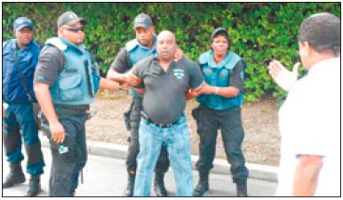 Helmin Wiels van oppositiepartij Pueblo Soberano wordt gearresteerd. FOTO S.A.