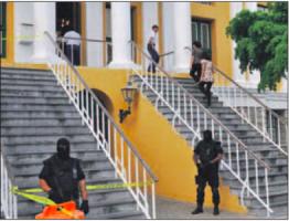 Net zoals bij de andere verdachten eerder het geval was, werd ook ditmaal het gerechtsgebouw zwaar bewaakt. FOTO JEU OLIMPIO
