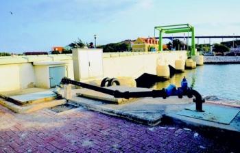 Het Waaigat in de binnenstad heeft soms een grote toevoer aan rioolwater. Minister balborda geeft aan dat met de uitvoer van het rioleringsproject in Punda, 'Riolering Binnenstad', een van de grootste knelpunten op het eiland wordt aangepakt.