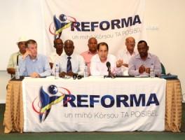 Reforma PR-team, waaronder ex-GevMin Sheldry Osepa (2e linksvoor), Chester Peterson (aan de microfoon) Historicus Max Elstak (linksboven met hoedje), Carlos Monk, Ruphus McWilliam