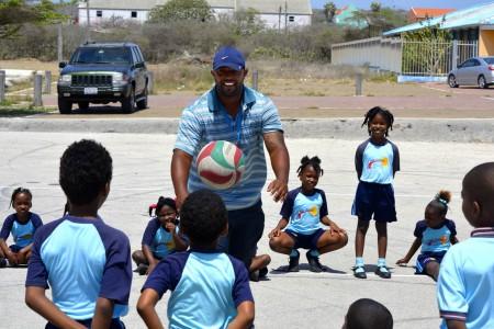 Ex-profhonkballer Dennis Neuman sport met de kinderen van Terá Kòrá - Foto |  ©2014 Dick Drayer