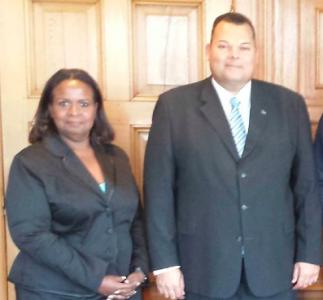 Er is geen enkele aanwijzing dat het Curaçaohuis op instorten staat. Op de foto Gevolmachtigde Minister Marvelyne Wiels (links) en Premier Ivar Asjes (rechts)