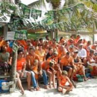 De beleving van het Wereldkampioenschap voetbal op Bonaire is gezelliger dan in Nederland.